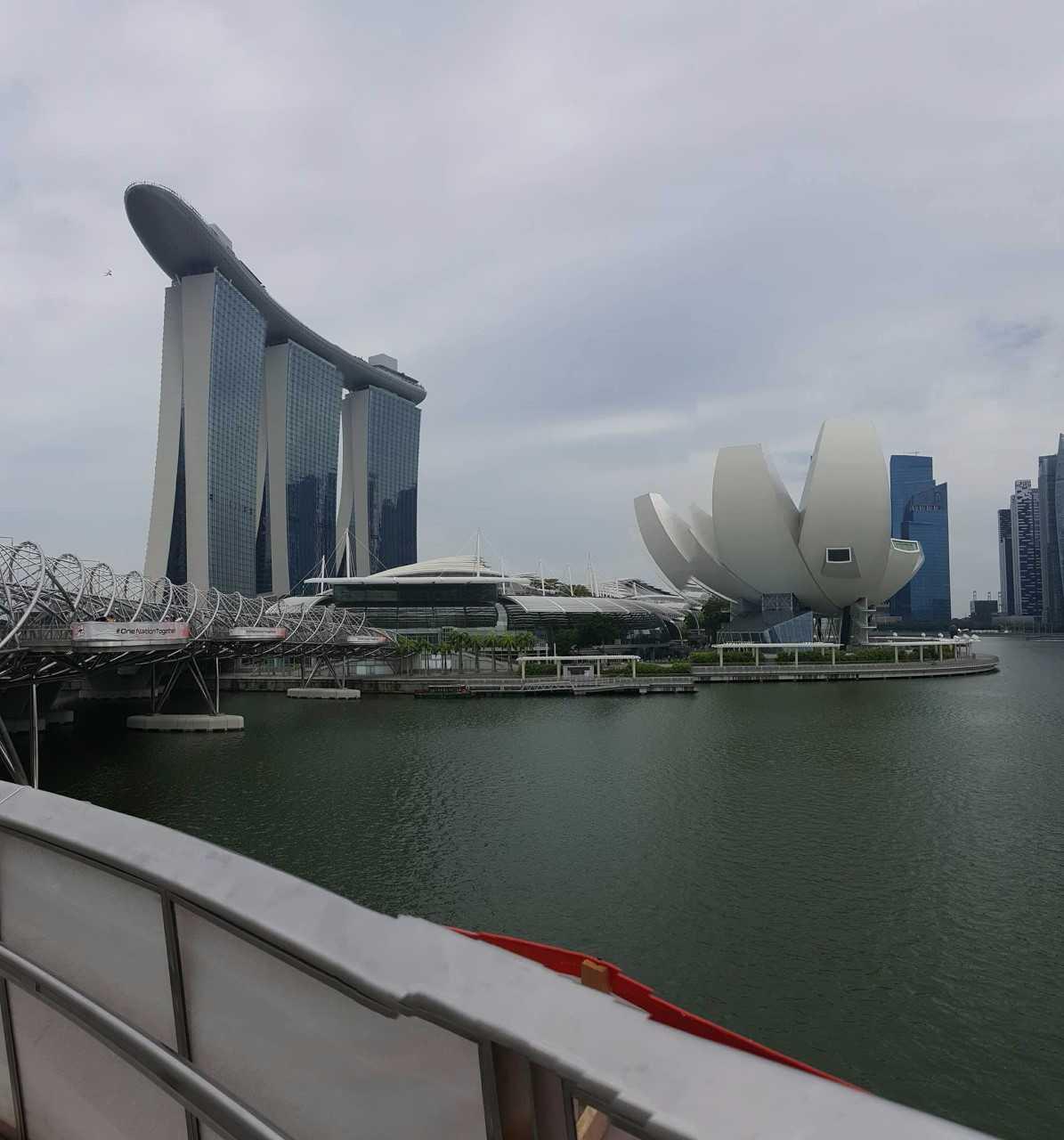 Bilde av horisonten i Singapore med ulike bygninger.