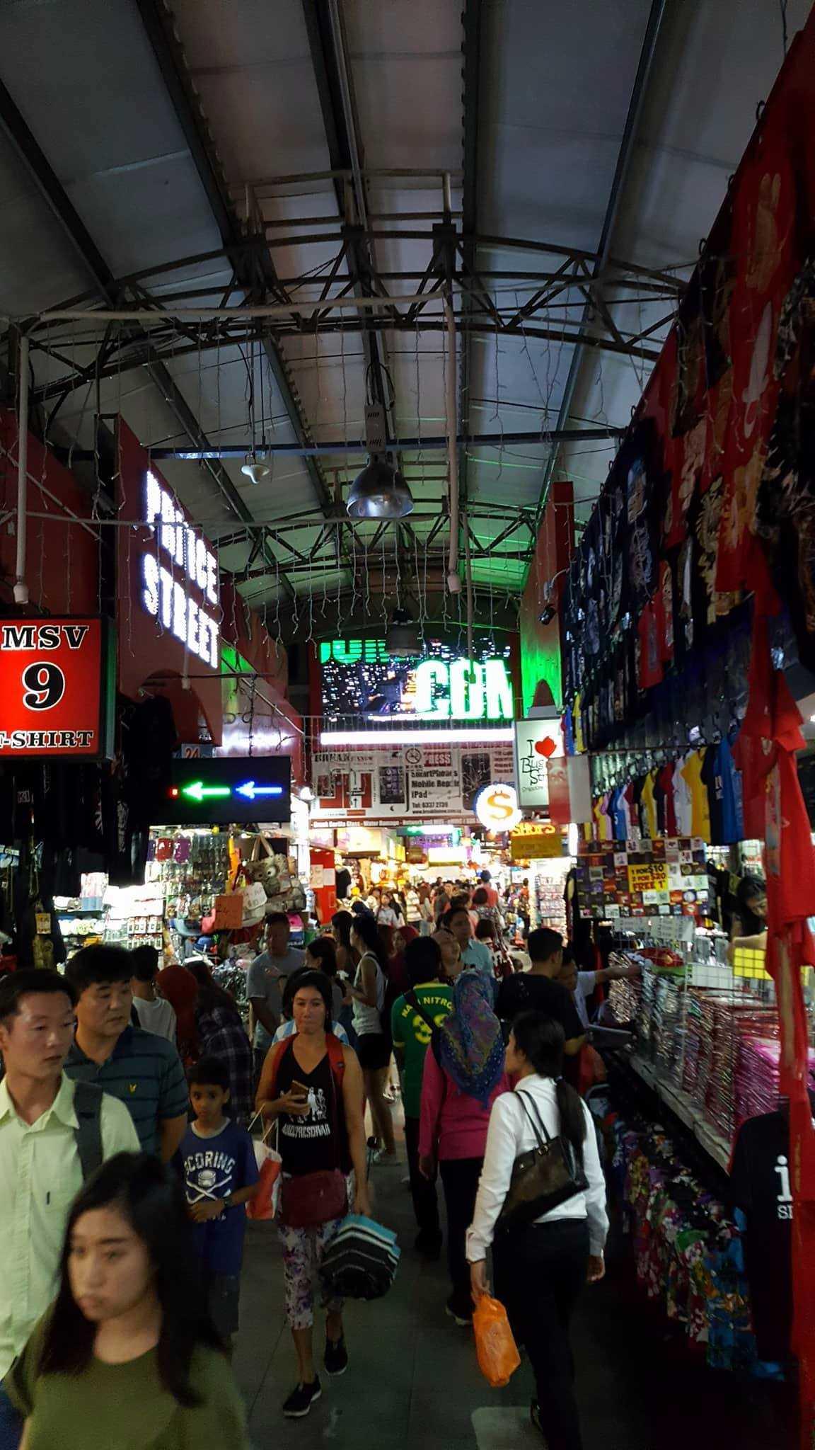 Bilde av et folksomt matmarked i Singapore.