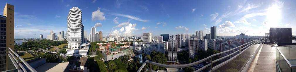 Panorama-bilde av skyskrapere i Singapore.